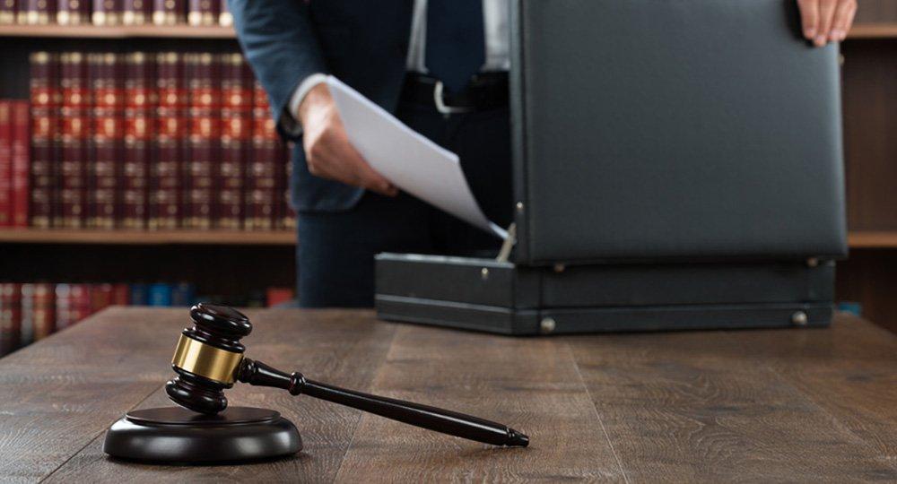 Anwalt mit Aktenkoffer